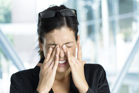 Kvinne lider av øyenbesvær fra pollenallergi