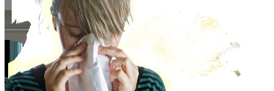 Person med pollenallergi snyter seg